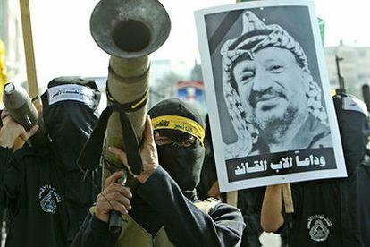 Milicianos palestinos se manifiestan en Gaza tras la muerte de Yasir Arafat.