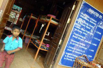 Un cartel junto al dormitorio de los niños agradece a los donantes su ayuda.