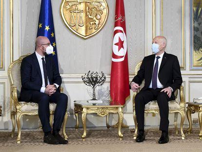 El presidente del Consejo Europeo, Charles Michel (izquierda), y el presidente de Túnez, Kais Saied, reunidos este lunes en la capital tunecina.