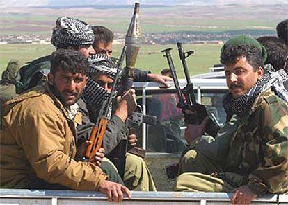 Guerreros kurdos se dirigen a una posición abandonada por las tropas iraquíes cerca de Chamchamal.