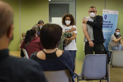 Vacunación masiva para mayores de 50 años en el Centre Civic Montserrat Roig, en Terrasa (Barcelona).