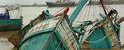 Barcos hundidos por la tormenta en el puerto de Yangon.