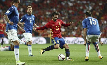 Isco maniobra ante tres jugadores de Italia.