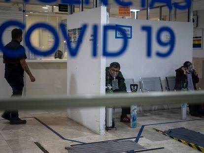 Varias personas esperan en la sala de urgencias de covid-19 del Hospital de los Venados de Ciudad de México, el 25 de diciembre de 2020.