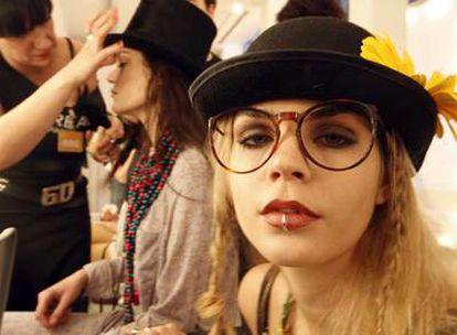 Aros en la nariz, flores y bombines. Una modelo en el <i>backstage</i> de Ego, vestida con los diseños de La casita de Wendy.
