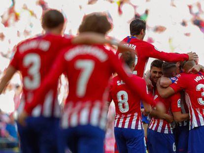 Los jugadores del Atlético celebran el gol de Koke ante el Sevilla.