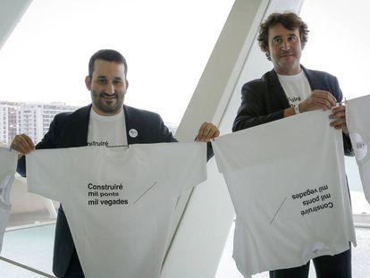 El consejero valenciano de Educación, Vicent Marzà, a la izquierda, con Rubén Trenzano, director general de Política lingüística, presentan la campaña de promoción del valenciano.