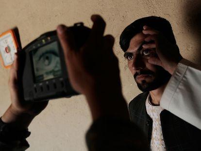 Un soldado estadounidense escanea el iris de un afgano al sur de Kandahar.