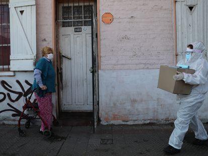 Una vecina de Santiago de Chile se prepara para recibir un paquete de comida del Gobierno, el pasado 22 de mayo.
