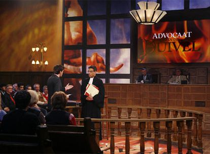 La estrella de <i>El abogado del diablo,</i> Gerard Spong, de pie, a la derecha.
