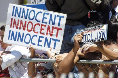 Fans con pancartas a favor de la inocencia de Michael Jackson durante le proceso al cantante en 2005.
