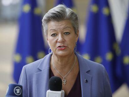 La comisaria de Interior, Ylva Johansson, se dirige a los medios antes de la reunión extraordinaria de este martes