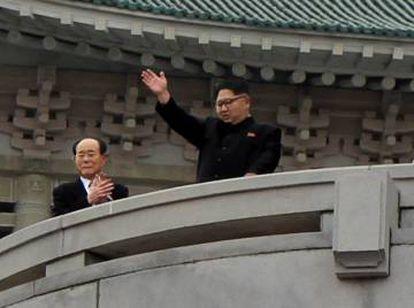El líder de Corea del Norte, Kim Jong-un, saluda desde el balcón del Gran Palacio de Estudios del Pueblo de Pyongyang