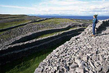 Las ruinas celtas de Dun Aengus, al borde de un acantilado de más de 90 metros de altura en la costa de Inishmore, la mayor de las tres islas de Aran.