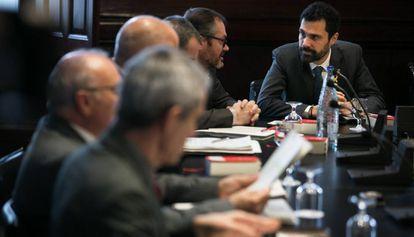Roger Torrent, al fondo, en la reunión de la Mesa del Parlament.