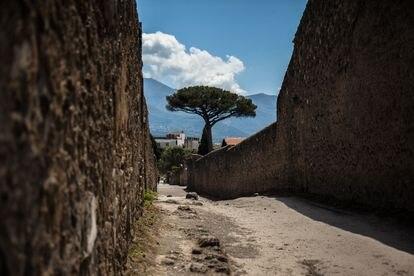 La calle de los fugitivos, llamada así por los que intentaron huir de la erupción, ofrece vistas a los Montes Lattari