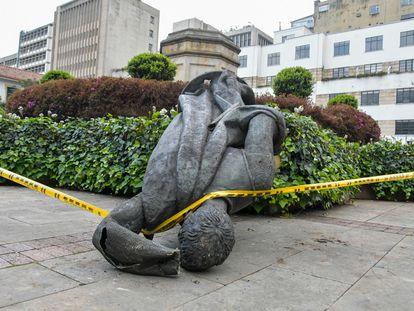 La estatua caída de Gonzalo Jiménez de Quesada, derribada por indígenas misak, en el centro de Bogotá.