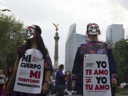 Dos manifestantes en una marcha contra la despenalización del aborto en Ciudad de México.