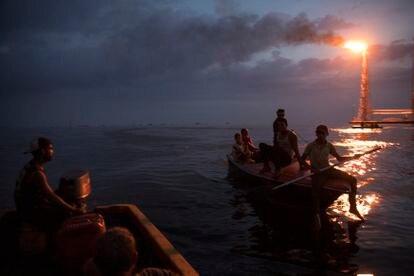 Un grupo de hombres navega cerca de La Salina, la terminal estatal de envío de crudo PDVSA en el lago de Maracaibo en Cabimas, Venezuela.