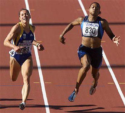 Zhanna Pintusevich (a la izquierda) y Marion Jones curzan la línea de meta.