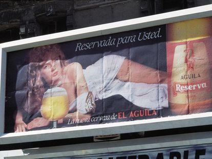 Valla publicitaria de cerveza El Águila en una calle de Madrid