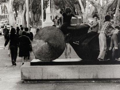 'Guerrero de Goslar', de Henry Moore, expuesta en las calles de Santa Cruz de Tenerife a finales de los setenta.