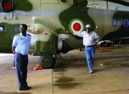 El general Agustín Ndong Ona posa junto a uno de los helicópteros de combate comprados por Kokorev.