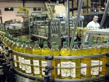 Planta de envasado de aceite de oliva.