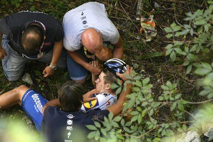Remco Evenepoel, en el fondo del barranco de 10 metros al que cayó en el Giro de Lombardía en 2020.