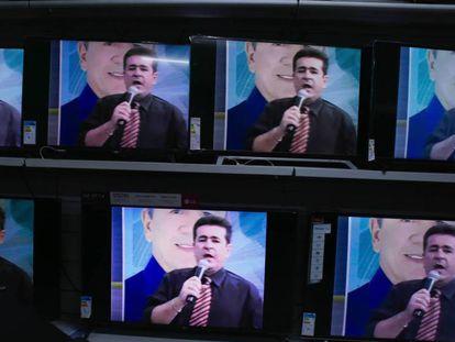 El presentador y diputado Wallace Souza, en su programa. En vídeo, tráiler de la serie.