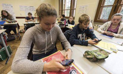 Los estudiantes pueden seguir trabajando fuera del horario escolar gracias a su teléfono.