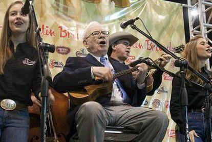 Warren Buffet toca el ukelele en la reunión anual de Berkshire Hathaway celebrada ayer.
