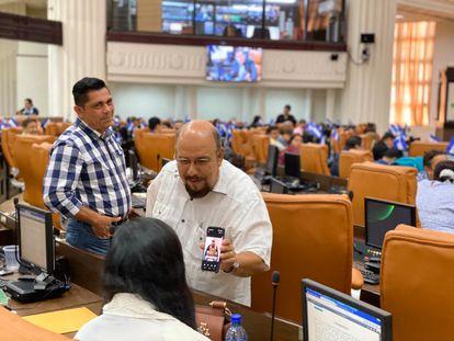 Edwin Castro, jefe de la bancada sandinista, burlándose de la covid-19 en plena sesión legislativa en marzo.