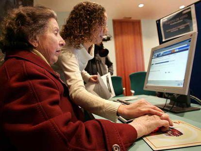 Una prueba de voto electrónico en el Ayuntamiento de Torrent en 2004.