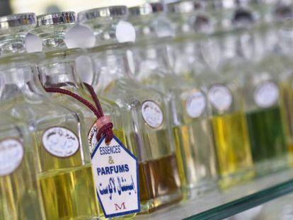 Tarros de esencias de perfumes en Amán, Jordania.