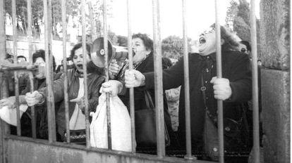 Manifestación en contra de la puesta en libertad de Laureano Oubiña, frente al pazo del narcotraficante en Vilagarcía de Arousa, en 1994.