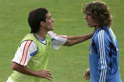 Un imagen de la pelea entre Vicente y Puyol durante el entrenamiento de ayer de la selección española en Las Rozas (Madrid).