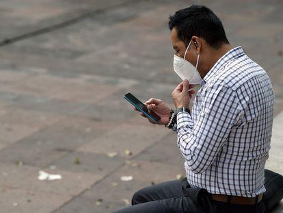 Un hombre mira su teléfono en México DF este lunes durante la caída completa de Facebook y sus redes Instagram y WhatsApp.