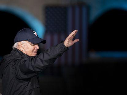 El candidato presidencial demócrata, Joe Biden, saluda mientras sale del escenario durante un mitin de campaña en el parque Franklin Delano Roosevelt, este domingo.