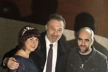 La directora del CDG, Blanca Cendán, el conselleiro de Cultura, Roberto Varela, y el actor Luis Tosar, en el Salón Teatro de Santiago.