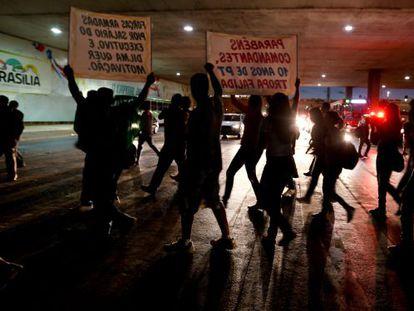 Manifestantes exigiendo mayor inversión en educación