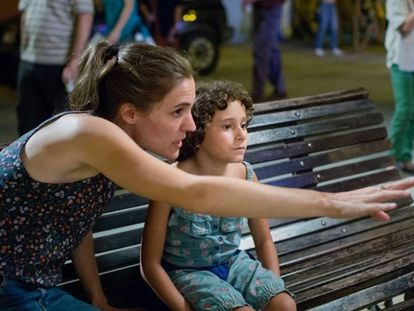 Carla Simón y la niña Laia Artigas, en el rodaje de 'Verano 1993'.