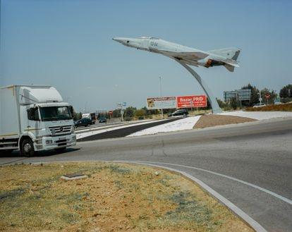 Rotonda con cazabombardero en Torrejón de Ardoz (Madrid). Probablemente una de las rotondas más ambiciosas de España.