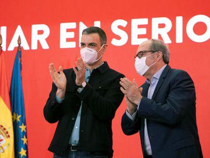 El secretario general del PSOE y presidente del Gobierno, Pedro Sánchez (izquierda), junto al candidato socialista a la Presidencia de la Comunidad de Madrid, Ángel Gabilondo, este domingo.
