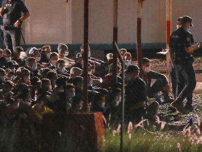 Llegada de los primeros 200 inmigrantes al campamento de Barranco Seco, en Gran Canaria, el miércoles por la noche.