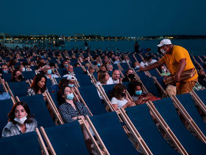 Asistentes, el pasado día 11, a la proyección de 'JFK, caso abierto', en La Croisette, dentro del ciclo Cinéma de la plage, en Cannes.