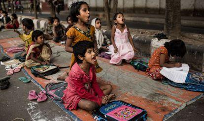 Unos niños asisten a la escuela en el distrito de Shahbag, en Dacca.