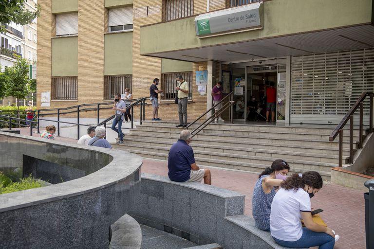 Pacientes esperan para acceder al centro de salud El Greco, en Sevilla.