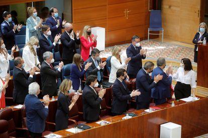 Isabel Díaz Ayuso, aplaudida por su grupo parlamentario tras su intervención la segunda jornada del debate de investidura.