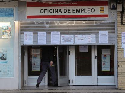 Un hombre entra en una oficina de empleo este jueves en Madrid.